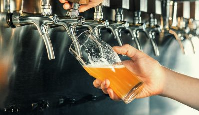 Wie man Bier einschenkt